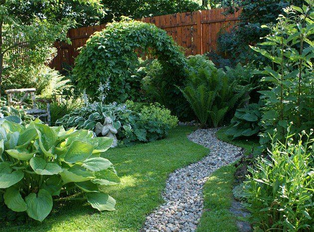 Klára je amatérská zahradnice a ke svému venkovskému domu v jižních Čechách si vysnila romantickou zahradu. Podařilo se jí mistrně skloubit tradiční zahrádku jako od babičky s precizním anglickým  stylem.