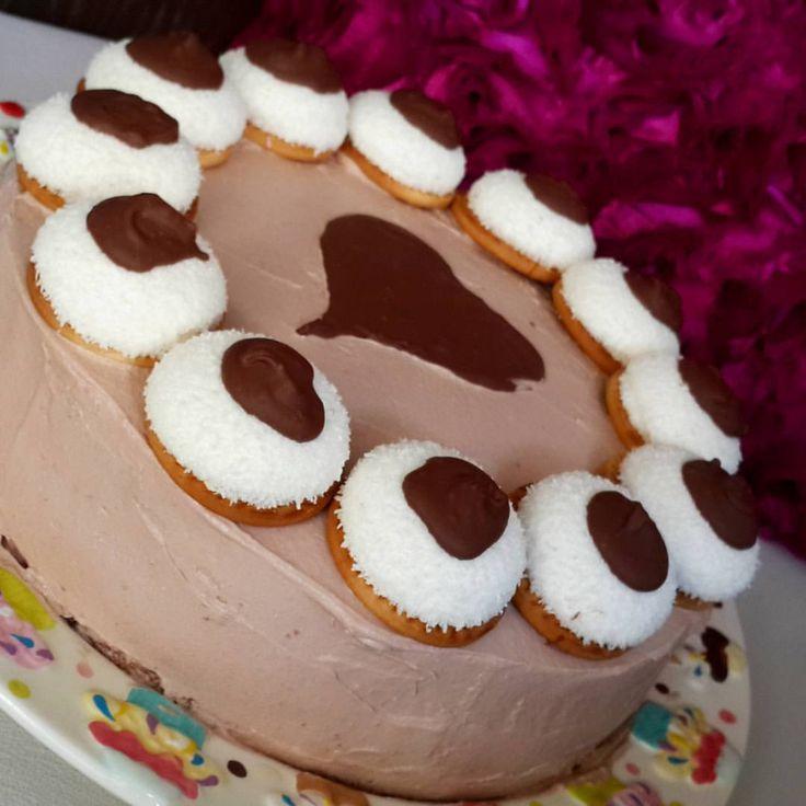 Küçük oğlumun doğumgünü😍 pastayı tamamladım..oğluma sürpriz olcak 😊  doğumgününün 9 gün sonra olacağını biliyo kuzum😅.. #enfes#harika#misgibi#eniyilerikesfet#yemekrium#sahanelezzetler#mukemmellezzetler#sunum#sunumönemlidir#eat#eating#yum#yummy#desert#cake#biscuit#walnut#photooftheday#tagsforlikes#nice#times#chocolate#cake#biscuit#time#evpastası#yaşpasta#muz 🍀malzemeler 🍂 4 yumurta 🍂 4 kahve fincanı şeker 🍂 4.5 kahve fincanı un 🍂 1 kabartma tozu 🍂 1 kahve fincanı su 🍂 1 kahve…