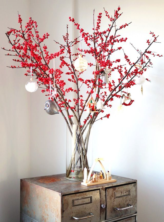Alternative Christmas tree: red winter berries in a glass jar #Christmas #decorating
