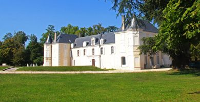 Domaine de Chatenay. Au coeur de la ville de Cognac, le château historique de Chatenay est édifié sur des fondations de la fin du XVème siècle.  D'une superficie de 40 ha, le domaine propose un champ de tir à l'arc, un vignoble, un restaurant gastronomique français, des salles de séminaire, une salle de mariage, des chambres d'hôtes et beaucoup d'autres services qui feront de votre visite un moment inoubliable.