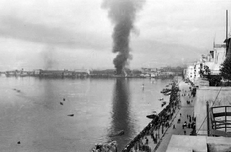 Η καταστροφή του λιμανιού της Θεσσαλονίκης από τους Γερμανούς, κατά την αποχώρησή τους το πρωί της 30ης Οκτωβρίου 1944. Πηγή: Mats Lieberg