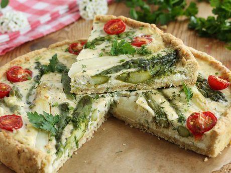 Tarta z białymi i zielonymi szparagami. Szybko znika!