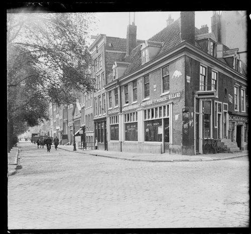 Amsterdam, Lindengracht. gezien vanaf de Brouwers-gracht, rechts het café van H.R. Volmer. Is nu café Thijssen. Foto: Beeldbank Stadsarchief, gemeente Amsterdam