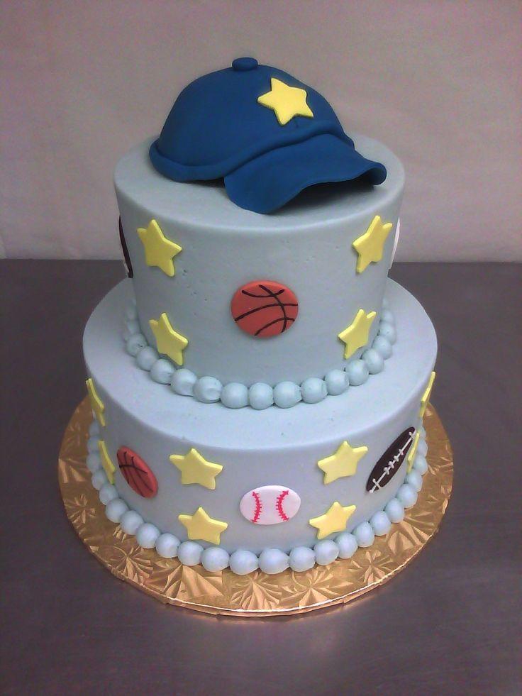 gâteau d'anniversaire thématique décoré d'étoiles, chapeau et balles