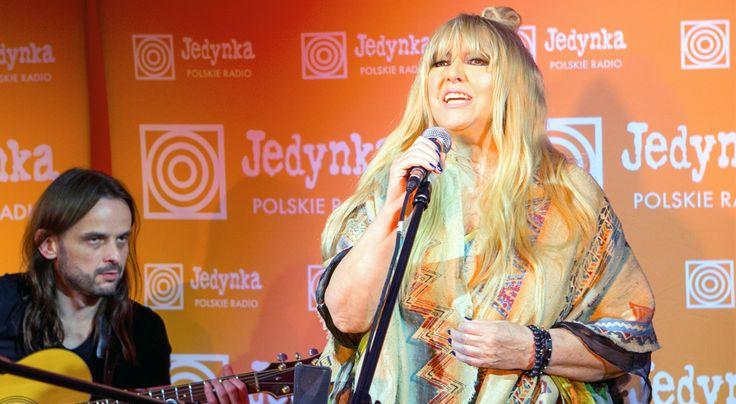 """#NEWS Benefis Maryli - Danuta Błażejczyk i Kovalczyk (artyści z różnych pokoleń, których połączyły Marylowe chórki) towarzyszyli gwieździe w brawurowej wersji """"Sing sing""""! #MarylaKrólowaJestTylkoJedna"""