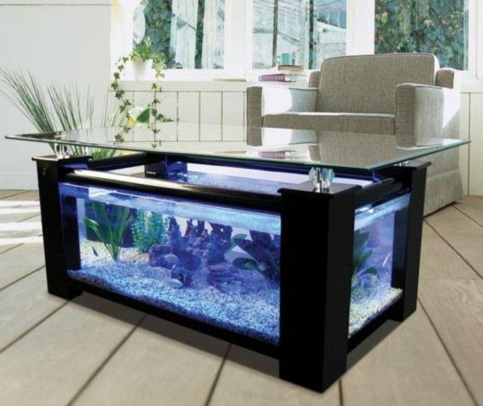 Groser Viereckiger Aquarium Blaues Wasser Steine Aquariumtisch Wohnzimmer Holzboden Weicher Sessel