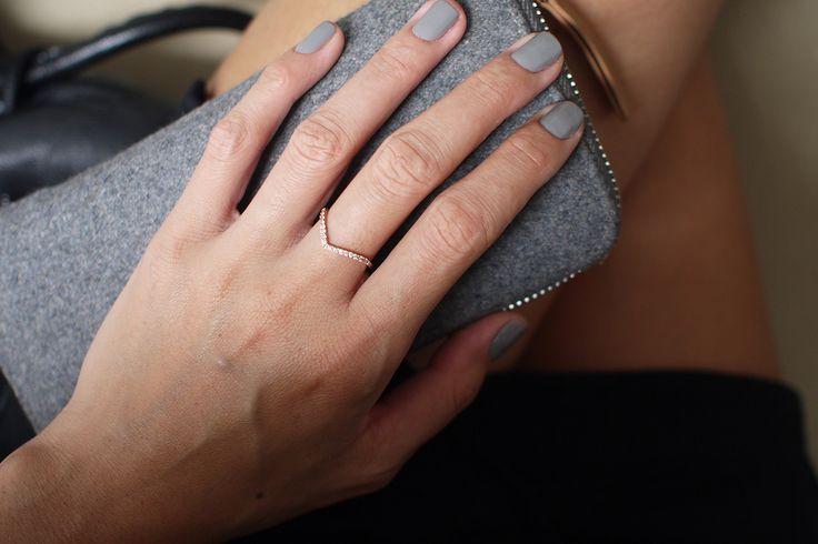 Anel Chevron - Anel em ouro rosé com a frente cravejada com 16 diamantes brancos de 0,07ct. Pura delicadeza! #joiasliê