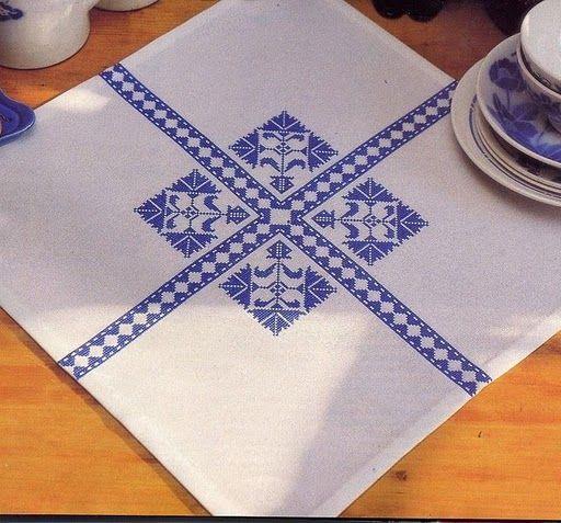 Si te gusta el punto de cruz y tu color preferido es el azul, seguro que no puedes elegir sólo uno de estos preciosos manteles…