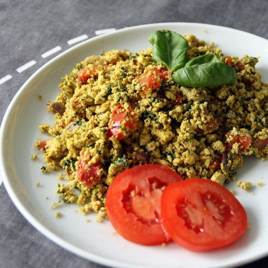 Basic tofu scramble with a hint of curry. Perfect for a vegan brunch! (in German with translator)