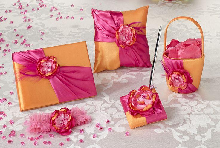 Durf je te trouwen in kleur dan zijn deze vrolijk gekleurde huwelijksaccessoires iets voor jou! Materiaal: basis oranje satijn, geaccentueerd aan de voorzijde met fel roze satijnen sjerp, warm roze veren en een satijnen/tule bloem.