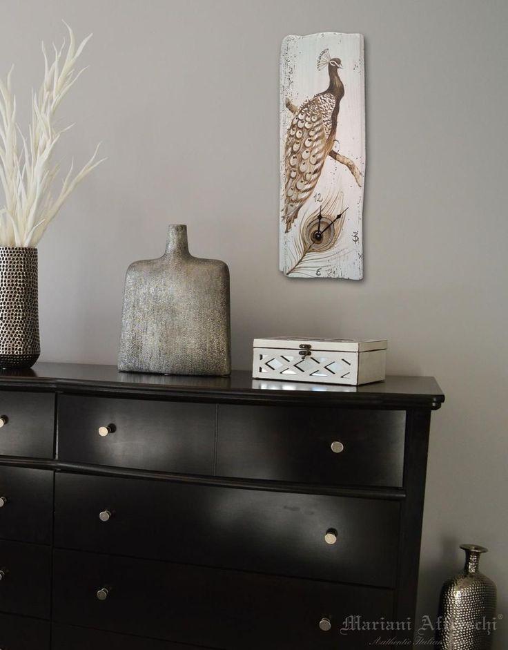L'eleganza di un pavone è il tema di questo Orologio Mariani. Oggetti unici e funzionali per il nostro living