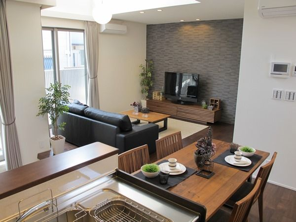 ウォールナット材の床にウォールナット材の家具とブラック色&グレー色をテーマカラーとしたコーディネート