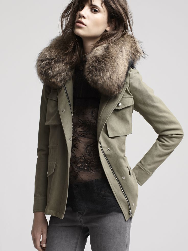 DUNKERQUE Parka avec col en fourrure / Parka with fur collar DUREE Blouse victorienne en dentelle / Lace blouse with high neck collar DIABOLO Jean slim nervure / Pintucked slim jeans
