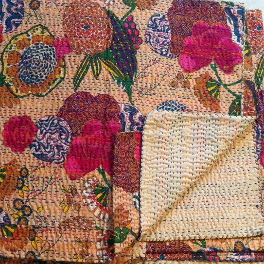 I nostri copriletti sono in seta o in cotone Sono accuratamente trapuntati a mano a punto filza Sono prodotti utilizzando tessuti recuperati da antichi sari. Si lavano anche in acqua Sono disponib…