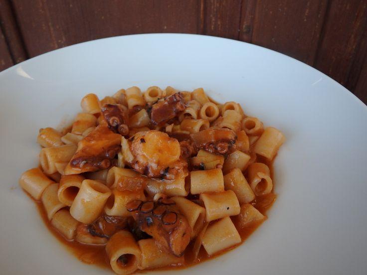 ΥΛΙΚΑ  500 γρ. μακαρονάκι κοφτό 1-1½ κιλό χταπόδι 1 κρεμμύδι μεγάλο ξερό ψιλοκομ. 2 σκελίδες σκόρδο ψιλοκομ. 1 κονσέρβα…