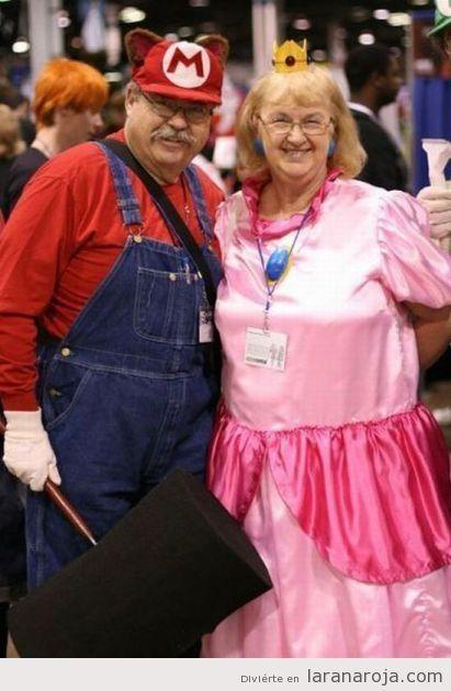 Abuelos o pareja de personas mayores con el cosplay de Mario Bros y Princesa Peach