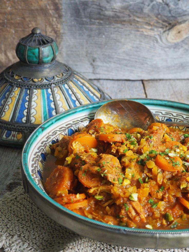 Marokansk inspirert kyllinggryte er ypperlig å servere på litt kalde dager/kvelder. Lun krydder, mørt kjøtt og små søte overraskelser.
