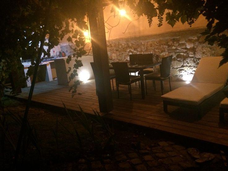 Terrasse extérieure avec bar réalisé en siporex habillé de pierre de cognac #elecad