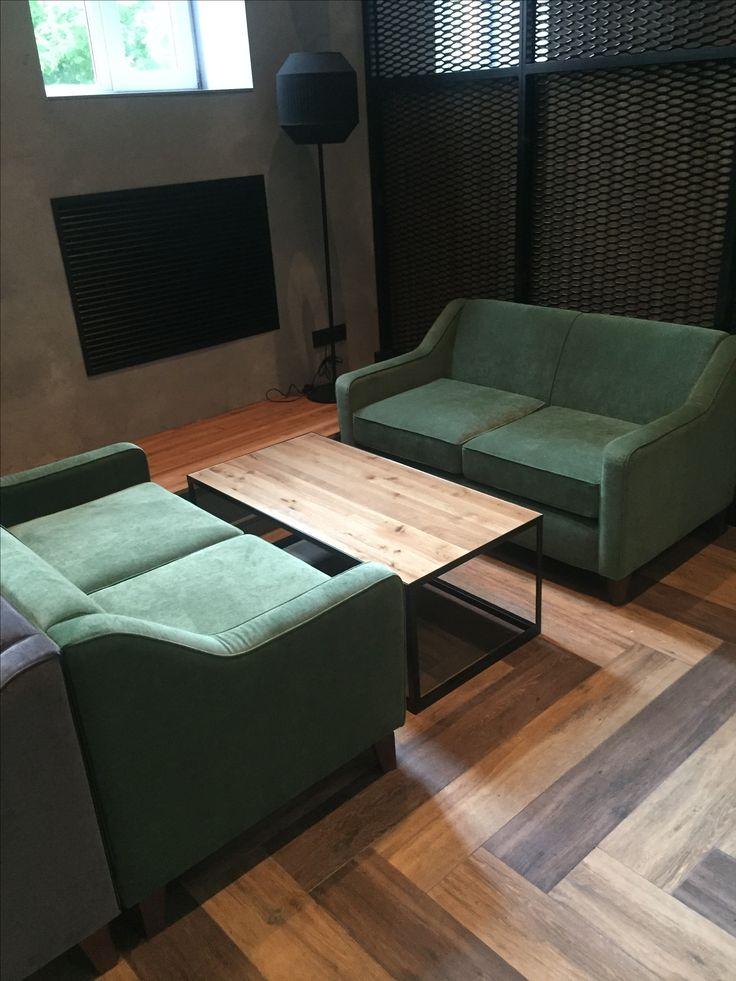 Удобные диваны и металлическая мебель с дубом