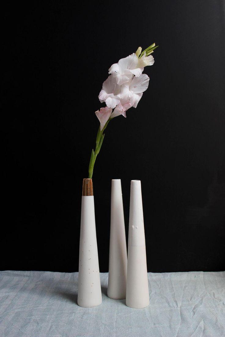 Cheminée Vase en porcelaine conique, émaillage transparent et or ou blanc, dimensions : 33,5x7 cm, prix : 30€