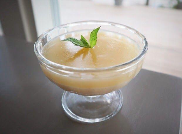 Sitruunakerroskiisseli. Jälkiruoka, jossa yhdistyvät sitruunan raikkaus ja vaniljan pehmeys. Lisämakua jälkkäri saa limoncellosta, mutta kiiselin voi halutessan tehdä myös ilman sitäkin.