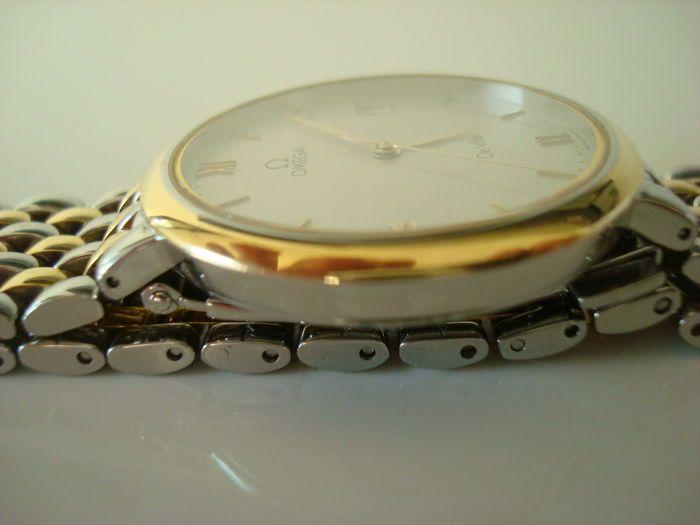 Omega - De Ville - mannen - 1980-1989 Deze Omega De Ville loopt op een quartz-uurwerk en functies. De precisie niet is getest. Een nieuwe batterij was ingebouwd in het September 2017. Het horloge heeft zelden gedragen en is in zeer goede conditie voor haar leeftijd.Slechts zeer kleine sporen van gebruik zichtbaar zijn op het gehele horloge.De Omega is zeer plat met een gladde scharnierende riem gemaakt van gedeeltelijk goud vergulde staal.Behuizing: gedeeltelijk-verguld metingen zonder de…