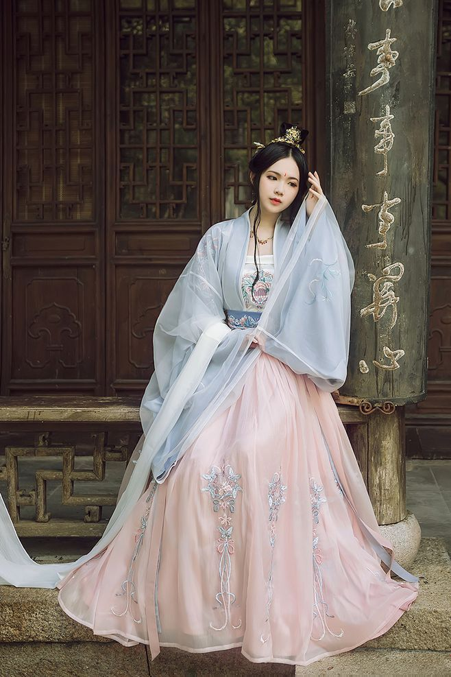 Pin By Sally On Trung Quốc Traditional Chinese Dress Chinese Dress Asian Outfits