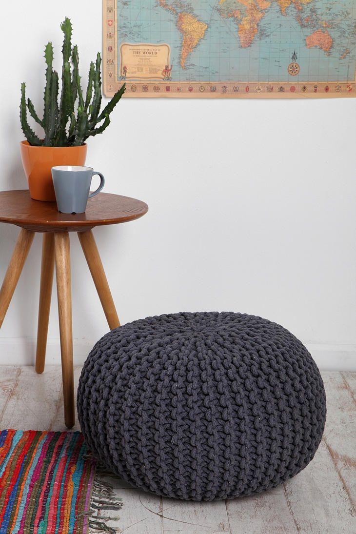La grosse maille se porte, mais pas seulement ! Eh oui, la maille peut aussi habiller vos meubles, vos coussins, vos chaises, vos tabourets… Pour une ambiance cocooning et hivernale avec des …