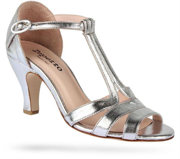 Ces chaussures-là ont quant à elle un talon de 7 cm, plus large, ce qui sera plus aisé pour danser. Ce sont des sandales dites « Salomé », comme on en porte l'été. On aime cette teinte gris métallisé, qui sera très facile à porter à nouveau après le mariage. La forme de la chaussure, avec ses différentes lanières, vous assure un certain maintien. De plus la bride à la cheville est réglable. Elles nous font penser aux chaussures portées par Bébé, l'héroïne du film « Dirty Dancing » à son…