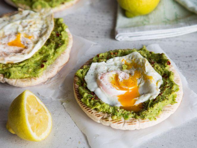 Schnelle Pita-Pizza mit Avocado und Spiegelei