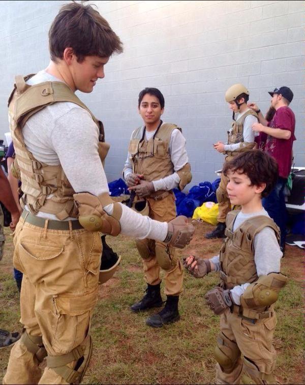 Sur le tournage de nuit de La 5e Vague / The 5th Wave avec Nick Robinson (Ben), Tony Revolori (Dumbo) et Zackary Arthur (Samy) #5thWaveMovie #5thWave #5eVague