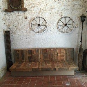 Sofá para el Restaurante Celicioso en Marbella elaborado a base de paneles de madera recuperados. #oikkideco #sofa #sofá