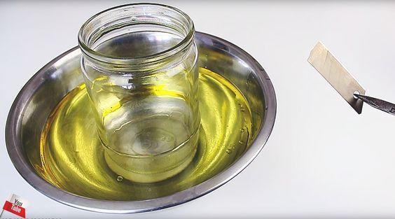 種も仕掛けもありません。もちろん、ノコギリのようなギザギザ歯も付いていません。ごく普通のカッターでも、驚くほどカンタンにガラスの瓶がキレイに切れてしまう。いや、本当なんです!こちらが用意するもの。ガラス瓶にもちろんカッター、そして水?調理油?さらにはガスバーナー?この仕掛け、頭で考えるよりも前に早速どうなるか見てみましょう!まずは、カットしたい部分までガラス瓶の中に水を入れていきます。もちろ...