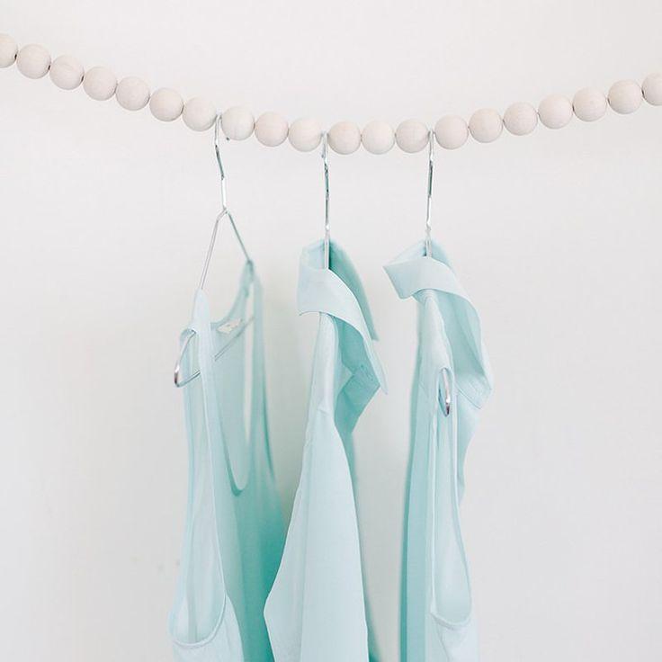Un portant à vêtements avec des billes en bois - Marie Claire Idées -@apairandaspare - DIY clothes rack