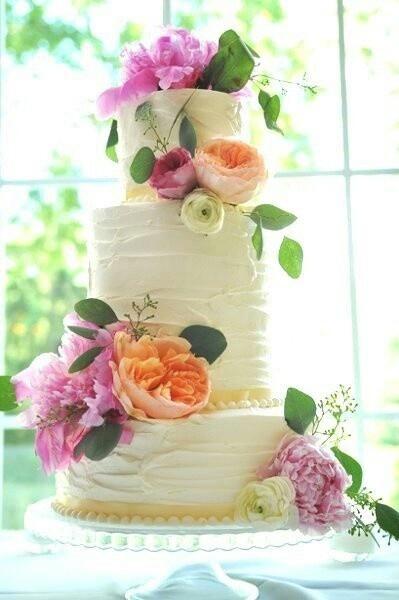 Torta nuziale bianca con peonie lilla e arancio. Guarda altre immagini di torte nuziali: http://www.matrimonio.it/collezioni/torte_nuziali/5__cat