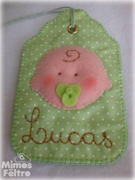 Tag feita em tecido, toda costurada a mão. Com aplicação de bebê em feltro e o nome bordado. Ideal para identificar a malinha da maternidade ou a bolsa do bebê.  Pode ser feita em várias cores. Consulte opções para meninas. R$ 14,00