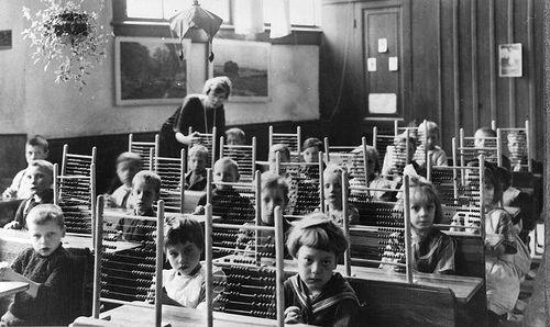 Klassefoto met telramen op de bank, circa 1930.