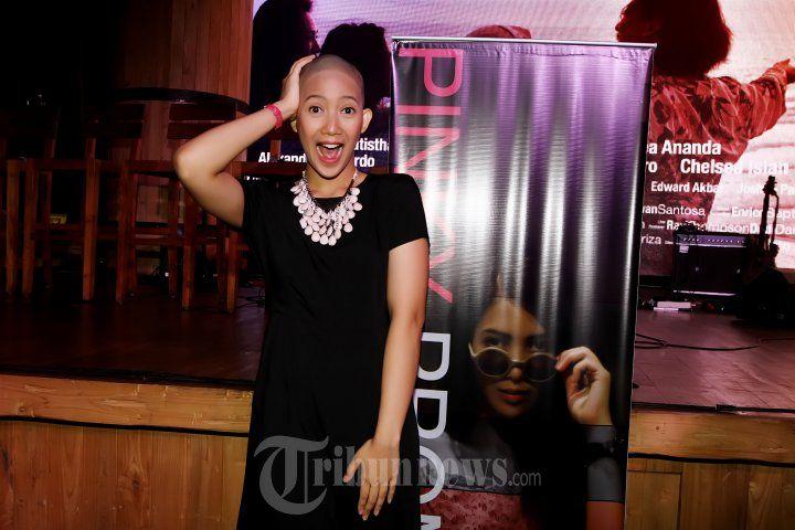 DHEA SETO - Pemain film Dhea Seto saat ditemui pada konferensi pers Film Pinky Promise di Exodus, Jakarta Selatan, Sabtu (12/12/2015). Dhea Seto rela menggunduli rambutnya emi mendalami perannya di film Pinky Promise. TRIBUNNEWS/JEPRIMA