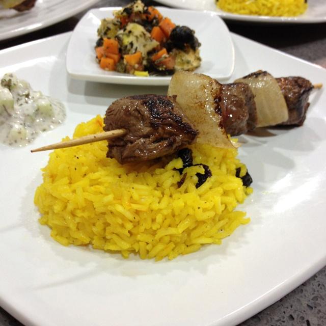 Arroz irani con azafran y naranja / ensalada marroqui / salsa de yogurt / pincho de lomo al curry