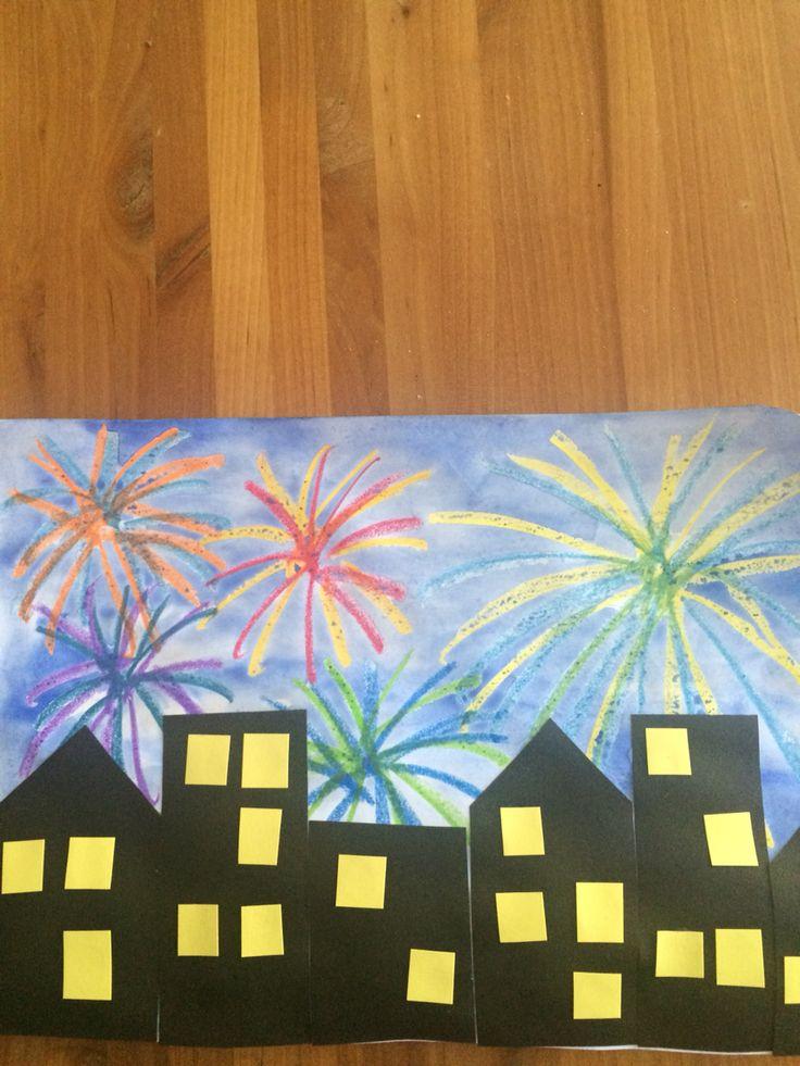 Uuden vuoden ilotulitus. Ilotulitteet vahaliiduilla, tausta vesivärillä, kaupunki paperista.