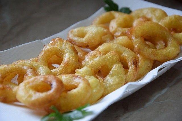 Gli anelli di cipolla in pastella allo zafferano sono un antipasto molto sfizioso reso in questo caso ancora più particolare dalla presenza dello zafferano