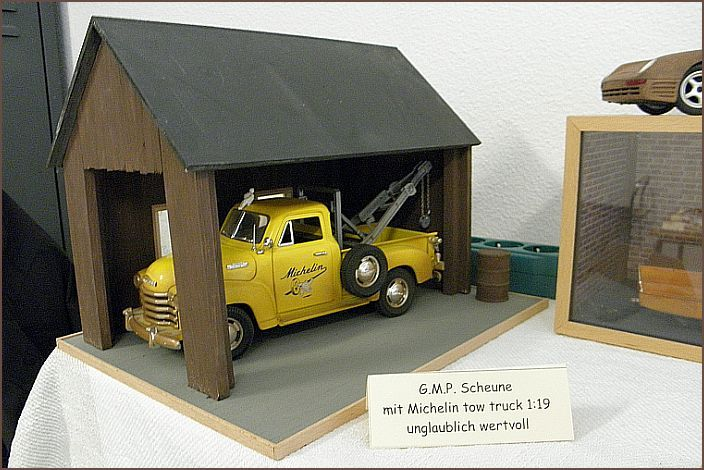 die Scheune wurde aus über 100 Massivholzleisten gebaut. Der Maßstab liegt bei 1:19 und wurde für Ford- und Chevrolet-Modelle von Mira/Solido gebaut. Hier mit einem Michelin tow truck (Abschleppwagen)