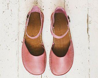 Unsere Ledersandalen sind spezielle und unterscheiden sich da: -Die Sandalen sind aus italienischen vegetative verarbeitete Rindsleder gefertigt. -Unser Leder ist nur mit natürlichen Extrakten aus Pflanzen nach alten Rezepten in der Toskana (Italien) und nicht wie die meisten Sandalen aus billig chemisch behandeltes Leder farblich gekennzeichnet. Denken Sie daran, dass die Sandalen auf nackte Füße beschlagen sind! -sie sind handgemacht. Keine Massenproduktion. -Das Leder ist sehr weich und…