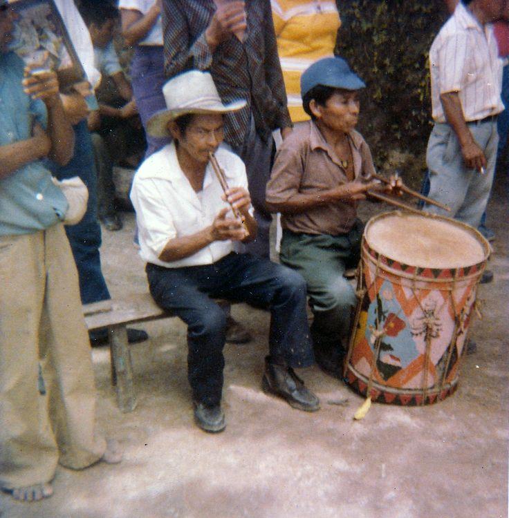 """Músicos de """"Historiantes de Panchimalco"""" (Fotografia de Finales de los Años 70s, restaurada)"""