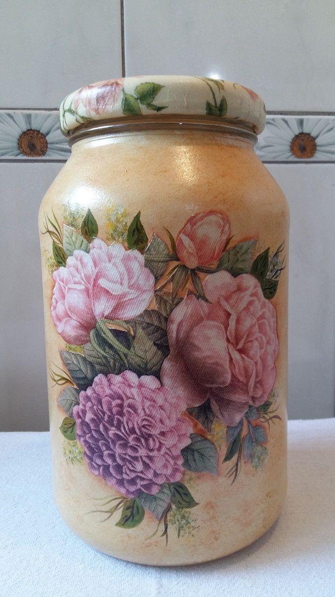 Pote de vidro com pintura, decoupage floral, tampa revestida de biscuit e decoupage.  O modelo do vidro é de palmito com a tampa de boca larga que mede 10 cm (a tampa é de metal).