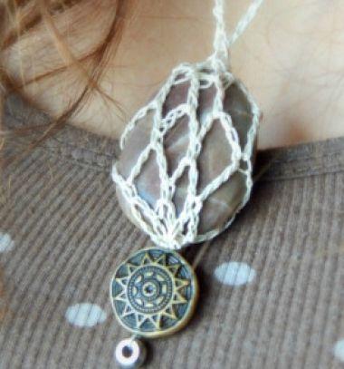 DIY Crocheted stone necklace - jewelry making tutorial // Horgolt nyaklánc kavics medállal - ékszerkészítés kőből // Mindy - craft tutorial collection