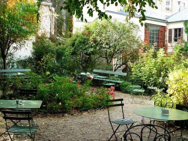 """Musée de la Vie romantique : la plus romantique. """"C'est plus un salon de thé qu'un bar (ouvert de 10h00 à 17h30), mais la petite cour n'en demeure pas moins un vrai bon plan, sous les ombrages des arbres du jardin."""" Adresse : 16 rue Chaptal 75009 Paris"""