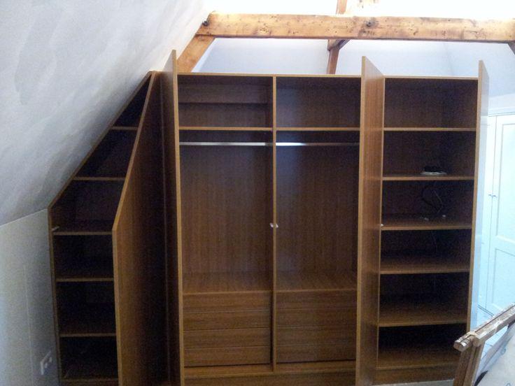 Deze kamer is compleet met deze super gave kast. Het sluit aan bij de vorm van het huis waardoor deze perfect in de ruimte past. Dat is INTIA meubels op maat.