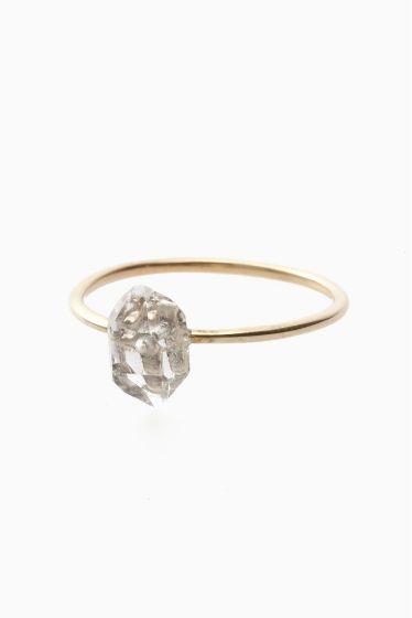 ARCHIV ハーキマダイヤモンド リング  ARCHIV ハーキマダイヤモンド リング 15120 ナチュラルな輝きが綺麗なハーキマーダイヤモンドを使用したリング 上品且つクリーンな印象でどんなスタイルにも合わせ易い一点です ハーキマダイヤモンド 鉱物学的には水晶ですが通常の水晶とは違うエネルギーを持ちます ドリームクリスタルとも呼ばれていてこの石を身に付けることで非常に鮮明な予知夢を見ることがありその夢がとても重要な気付きを与えてくれると言われることからその名が広く浸透しました そんな神秘的なことから夢見の石とも呼ばれています ARCHIV(アーカイブ) 国内のアクセサリーブランド ブランド名ARCHIVはアーカイブ(記録)という単語の意味合いを持ちます デザイナー自身が今まで保管してきた知識や技巧を最大限に発揮したいという願いが込められたアクセサリー 主剤はゴールドシルバー天然石を使用 すべてデザイナーの手により丁寧に仕上げられています