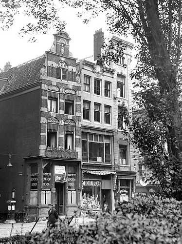 Het logement De Wildeman op de hoek van de Kolksteeg in Amsterdam. 1943 ANP PHOTO CO ZEYLEMAKER